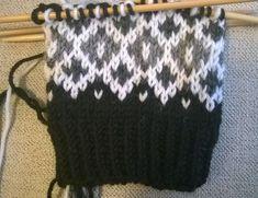 Pyörittelin vähän aikaa 7 veikan violetteja keriä keskenään ja ne alkoivat muotoutua tällaisiksi kirjoneulesukiksi! Violetit suka... Knitting Charts, Knitting Stitches, Knitting Socks, Knitted Hats, Sock Toys, Wool Socks, Mittens, Party Time, Knit Crochet