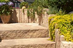 Mit dem rustikalen Charakter der Via Vecia-Produkte lassen sich traumhafte Anlagen im hochwertigen Landhausstil gestalten. Besonders die unregelmäßig gebrochenen Stöße der Stufen bringen die nuancierten Farben zur Geltung und verleihen den Steinen einen unverwechselbaren Hauch von Natürlichkeit.