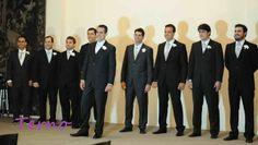 Roupa dos padrinhos: terno preto com camisa branca, gravata prata e flor na lapela
