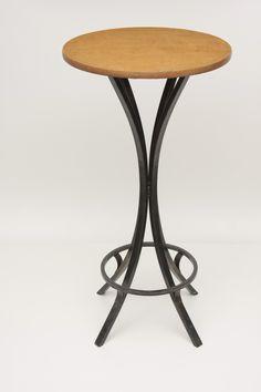 aluguel de mesa bistrô com tampo de madeira