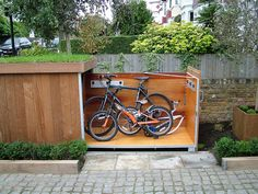 Creative idea how to store bikes in small places! Garden Bike Storage, Outdoor Bike Storage, Garden Organization, Bicycle Storage, Garage Velo, Cold Climate Gardening, London Phone Booth, Roofing Options, Cool Garages
