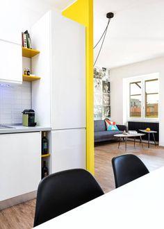 Hier ist ein Blick aus der Küche, präsentiert die eleganten Mobiliar, minimalistischen weißen Farbschema und offene Grundriss, die ins Wohnzimmer führt.