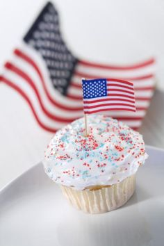 Memorial Day is the perfect day to learn about the history behind the American flag and how to properly treat the flag. Creating a flag lesson plan is simple and can be used either in a classroom or with the entire family. Baking Cupcakes, Yummy Cupcakes, Cupcake Cookies, Cupcake Recipes, Opening A Bakery, Online Bakery, Cupcake Shops, Bakery Business, Creative Desserts