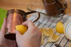 If you have copper pots, you can easily clean them by cutting a lemon in half and rubbing the cut side with salt. Then rub the lemon onto the metal and rinse with hot water. How To Clean Copper, Clean And Shiny, Kitchen Items, Kitchen Utensils, Lemon Uses, Baking Soda And Lemon, Fish And Chicken, Copper Pots, How To Cook Rice