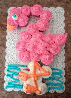 I love this Pink Flamingo Party Cake! Get the BEST Birthday Pull Apart Cupcake Cakes. Simple creative cake inspiration for a birthday party celebration.