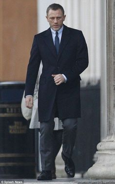 Discover our collection of Daniel craig james bond suits . These elegant Daniel craig 007 tuxedos and suits are available at discounted price James Bond Suit, James Bond Skyfall, Bond Suits, James Bond Style, Daniel Craig Suit, Daniel Craig Style, Daniel Craig James Bond, Rachel Weisz, Coat Suit For Mens