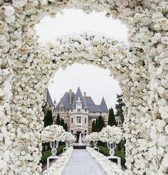 Basically our dream situation ✨ Castle wedding with a ton of lush florals 🌸 / photo: White Wedding Decorations, Wedding Themes, Wedding Designs, Flower Decorations, Wedding Centerpieces, Wedding Goals, Destination Wedding, Wedding Planning, Luxury Wedding