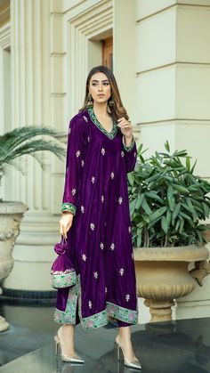 Velvet Pakistani Dress, Simple Pakistani Dresses, Pakistani Dress Design, Pakistani Outfits, Indian Fashion Dresses, Indian Designer Outfits, Muslim Fashion, Fashion Outfits, Kaftan Pattern