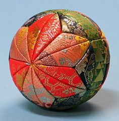 kimekomi ball - very traditional color scheme Only inspiration Quilted Christmas Ornaments, Fabric Ornaments, Christmas Balls, Christmas Decorations, Xmas, Christmas Projects, Holiday Crafts, Styrofoam Crafts, Japan Crafts
