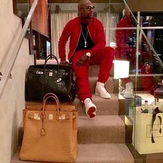 While Floyd Mayweather has plenty of discipline in the ring, the same cannot be said when it comes to his spending habits! From fast cars, private jets to designer clothes, check out the luxurious life of the undefeated boxing champion on social media. Hermes Men, Hermes Bags, Hermes Birkin, Hermes Bolide, Birkin Bags, Floyd Mayweather, Mode Chic, Mens Fashion, Fashion Outfits