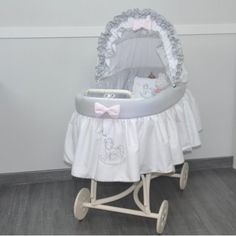 Habillage berceau ancien Baby Basinets, Forks, Bassinet, Projects To Try, Monogram, Needlepoint, Baby Baskets, Tour De Lit, Baby Cradles