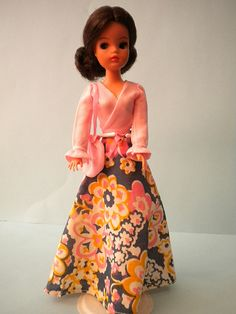Pretty Pose Sindy of 1975 had wire in arms so she could strike a pose and very well marked hands, showing creases at knuckles. The only Sindy with these hands. Sindy Doll, Childhood Toys, Barbie And Ken, Barbie Dress, Old Toys, Strike A Pose, Well Dressed, 1970s, Doll Clothes