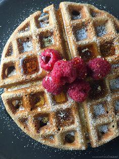 Gluten-Free vegan waffles with maple syrup and raspberries refined sugar-fr Buckwheat Waffles, Banana Waffles, Buckwheat Recipes, Pancakes And Waffles, Healthy Breakfast Muffins, Breakfast Bake, Healthy Lunches For Kids, Healthy Desserts, Healthy Food
