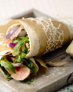 Wraps zijn heerlijk bij de lunch of 's avonds met restjes. Deze lekkere wrap met biefstuk, rode ui en humus is snel en makkelijk te bereiden, en supergezond.