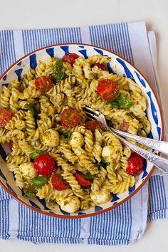 pasta salad with pesto, tomato and mozzarella - Leckere Nudelsalate - Salat Salada Caprese, Quick Recipes, Healthy Recipes, Healthy Nutrition, Pasta Salad Recipes, Grilling Recipes, Food Inspiration, Chicken Recipes, Easy Meals