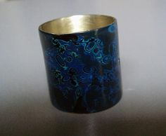 Blues ring Materials: Alpaca with Japanese lacquer   Ring. Japanese lacquer on metal.  Photo credit: V. Dowding     Valeria Elina Dowding objetos-joya Buenos Aires, Argentina