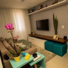 Inspiração linda que vi no @comprandonossominiape  Eu e meu noivo estamos escolhendo um sofá cinza e também vamos pintar a parede da sala de cinza, a poltrona que queremos tem alguns detalhes em azul, amarelo e cinza! E agora que vi essa sala lindaaa acho que vai ficar linda nesses tons que estávamos escolhendo ✨. #inpiration #inspiracao #sala #decor #home #homesweethome #noivafeliz #minhacasaminhacara #meularminhacara #obrigadaDeus