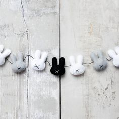 Felt bunny garland – reminds me of the minimalist Dutch children's book: Miffy the Bunny. Felt Crafts, Easter Crafts, Diy And Crafts, Easter Decor, Cuadros Diy, Donut Decorations, Felt Garland, Easter Garland, Diy Garland