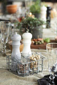 Molinillo de pimienta, sal o especias gris claro.Si te gusta la cocina, seguro que ya sabes que para que la pimienta alcance su máxima expresión en tus guisos, tiene que estar recién molida. Si además de platos deliciosos quieres decorar tu cocina, hazte con este bonito molinillo de especias y tenlo siempre a mano.Hay tres colores disponibles. Sirve para todo tipo de especias: pimienta en grano, sal maldon, sal rosa del himalaya etc. #molinillo #pimentero