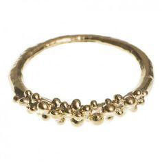 """Der in warmen Goldton filigrane Ring mit den kleinen aufgesetzten Kugeln von dem Label aus Hamburg """"amara Ajai""""."""