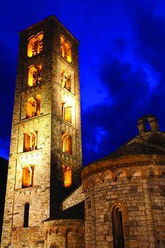 Iglesia románica de Sant Climent de Taüll en el Valle de Boí Romanesque, Spanish, Mansions, Architecture, House Styles, Wood Steps, Roman Architecture, Day Spas, Beautiful Places