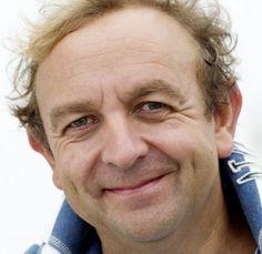 Jon van Eerd 05-09-1960 Nederlandse acteur, zanger en schrijver. In het seizoen 2010/2011 speelde van Eerd de rol van Albin/ZaZa in de openingsvoorstelling van het DeLaMar Theater in Amsterdam. De voorstelling werd bijgewoond door koningin Beatrix. Voor deze rol ontving hij een Musical Award voor beste mannelijke hoofdrol en een Musical Award voor beste vertaling/bewerking. Voor tv en film speelde hij o.m in Flodder in Amerika!, de tv-serie Flodder, Baantjer en André van Duins Comedy Club.