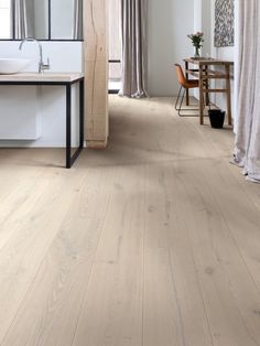 Everest White Oak is the lightest colour flooring options in the Quick-Step Imperio range. Available for Devon, Cornwall and UK Mainland deliveries. White Oak Laminate Flooring, Vinyl Flooring Uk, Natural Oak Flooring, Engineered Timber Flooring, Oak Parquet Flooring, Timber Planks, Kitchen Flooring, White Washed Floors, White Washed Oak
