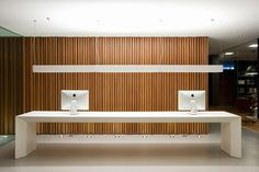 Reception Desk. Plus white and wood as colour scheme / Algoritmo