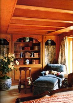 E/D Rose Tarlow's London flat - blue velvet chaise, porcelain, built-in bookcase, antiques, rug, beams