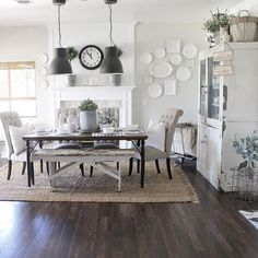 17 ideas for modern farmhouse dining room rug Rug Under Dining Table, Farmhouse Dining Room Table, White Dining Room Table, Dining Room Fireplace, Round Dining, Style At Home, Shabby Chic, Dining Room Design, Dining Room Area Rug Ideas