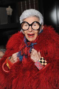 """Humor ist immer wichtig"", sagt die 93-jährige Stilikone Iris Apfel"