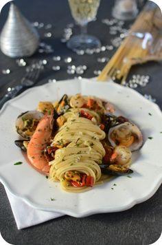 Et si on cuisinait des bonnes pâtes aux fruits de mer pour les fêtes ?!!Personnellement, je dirais oui haut et fort surtout pour cette délicieuse recette qui reste simple, rapide et en plus préparer avec de très bons produits dont ces bonnes Linguine...