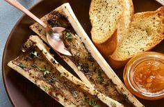 Thyme Roasted Bone Marrow - Make delicious beef recipes easy, for any occasion Carne Asada, Food N, Food And Drink, Marrow Recipe, Roasted Bone Marrow, Beef Bones, Appetizer Recipes, Appetizers, Gastronomia