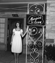 I'm on a Marlo kick. Marlo Thomas at her birthday party circa 1958 Danny Thomas, Marlo Thomas, That Girl Tv Show, Daddys Little Girls, Picture Photo, Kicks, Tv Shows, Hollywood, Party