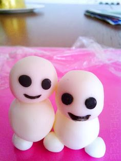 These look like little cake ball Snowgies from Frozen Fever. A fun idea from Pamelopee in Germany.