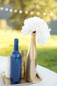 Navy blue and gold bottles as minimalist wedding decors #gold #goldwedding #weddingdecor #diywedding #centerpiece