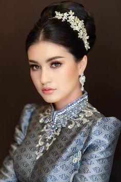 Beautiful Girl Image, Beautiful Asian Girls, Beauty Full Girl, Beauty Women, Black And Silver Eye Makeup, Classy And Fab, Thailand Fashion, Khmer Wedding, Cambodian Wedding