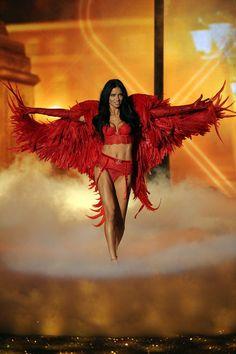 Le défilé Victoria's Secret 2013 Adriana Lima http://www.vogue.fr/mode/news-mode/diaporama/le-defile-victoria-s-secret-2013/16194/image/879830#!le-defile-victoria-039-s-secret-2013-adriana-lima