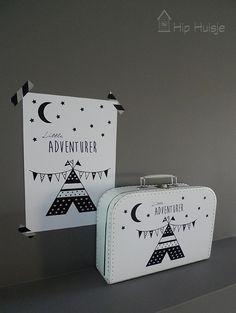 Hip en grafisch kinderkoffertje met een zwart wit tipi print.Deze leuke koffertjeszijn ideaal als kraamcadeau, verjaardagscadeau of decoratieve opberger.