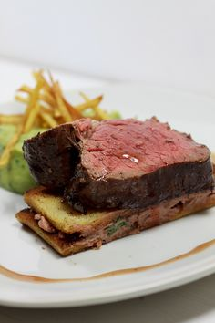 In Barolo pochiertes Rinderfilet mit Petersilienwurzelpüree Poached beef fillet with parsley root puree in Barolo Grilling Recipes, Gourmet Recipes, Beef Recipes, Cooking Recipes, Cooking Ham, Catering Food, Food Menu, Cooking With Ground Beef, Food Wishes
