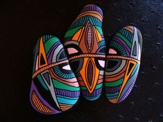 141, Les trois inséparables, galets peints à l'acrylique dans des tons vifs et multicolores
