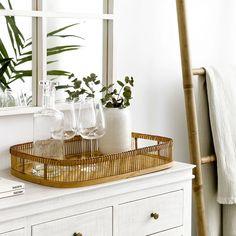 Laila bandeja de bamboo / ¡Complementa tu mesa de comedor!  Laila es una original bandeja hecha con bamboo que le dará a tu comedor un toque diferente. Podrás darle el uso que desees. Quedará genial con un jarrón bonito con flores como centro de mesa o a modo de decoración. My House, Bamboo, Inspiration, Grande, Gold, Decoration Home, Home Decoration, Decorative Ladders, Small Space Furniture