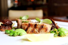 Grilled veal loin with parsnip, morels, green peas and salmoriglio sauce Green Peas, Lunch Menu, Grilling, Appetizers, Restaurant, Chicken, Dining, Business, Food