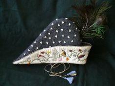 Ansicht der linken Seite des Hutes mit Perlen-und Seidenstickerei