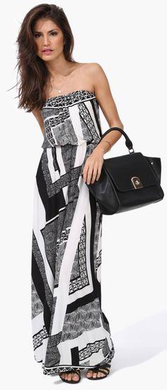 Maxi dress with an elegantly boho bag and loose wavy hair