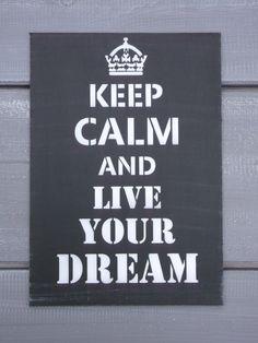 Cedule KEEP CALM and live your dream Oblíbené cedule ze sérií KEEP CALM AND..., Cedule je ze sololitu a je vhodná k opření nebo zavěšení. Rozměry 30 x 21 cm. Dostupné v různých barevných kombinacích. Časem budeme přidávat...