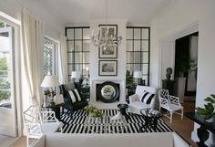 白と黒で、バランスと対比を与え、部屋に統一感を持たせる。装飾と縦に並べられた絵で飾り付けをし、鏡をバックに映し出す空間には、不思議な静けさを与える。