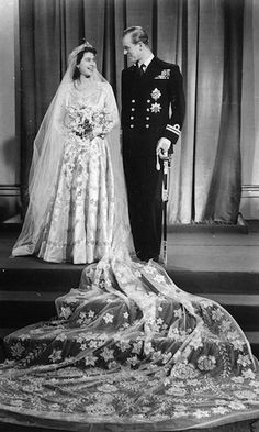 Prinsess Elizabeth II & Prince Phillip Duke of Edinburgh on their wedding day by Norman Hartnell. Princess Diana Wedding Dress, Wedding Dress Cost, Royal Wedding Gowns, Wedding Dress With Veil, Royal Weddings, Wedding Dresses, Wedding Shoes, Wedding Favors, Princess Mary