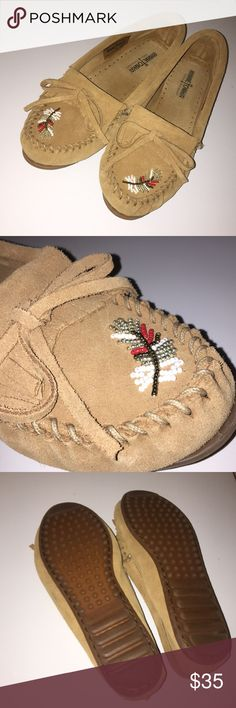 Women's Minnetonka Moccasins These shoes are very lightly worn with feather beading detail Minnetonka Shoes Moccasins
