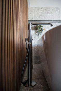 Dette badet får klesdesigner Maria Skappel Holzweiler i drømmemodus - Modena Fliser Bathroom Spa, Toilet, Bathtub, Interiors, Random, Design, Patio, Full Bath, Standing Bath
